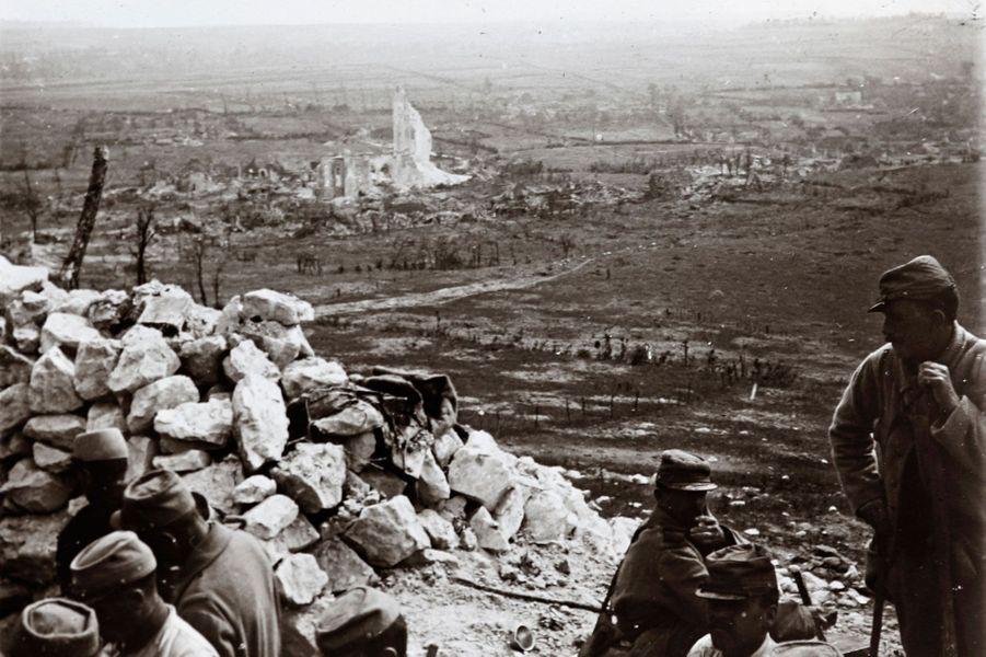 Des soldats au-dessus deAblain-Saint-Nazaire, sur le front d'Artois.