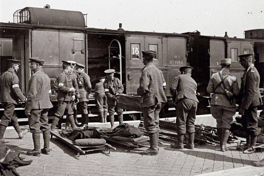 Un train de soldats blessés à Calais.