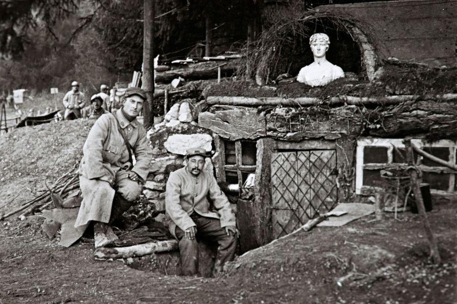 Des soldats français devant leur campement sur le front de l'Argonne.