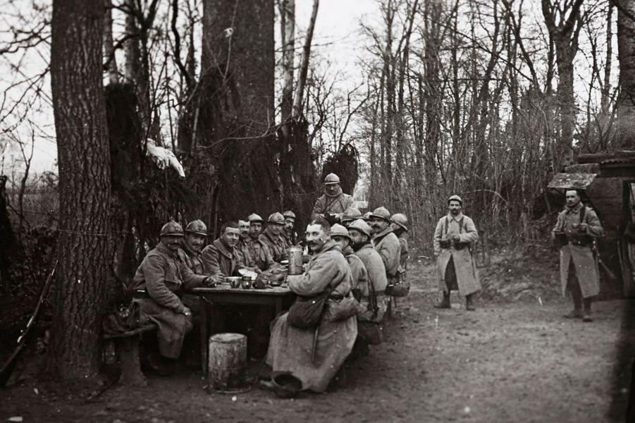 C'est l'heure du repas pour ses soldats français de passage à Arras.