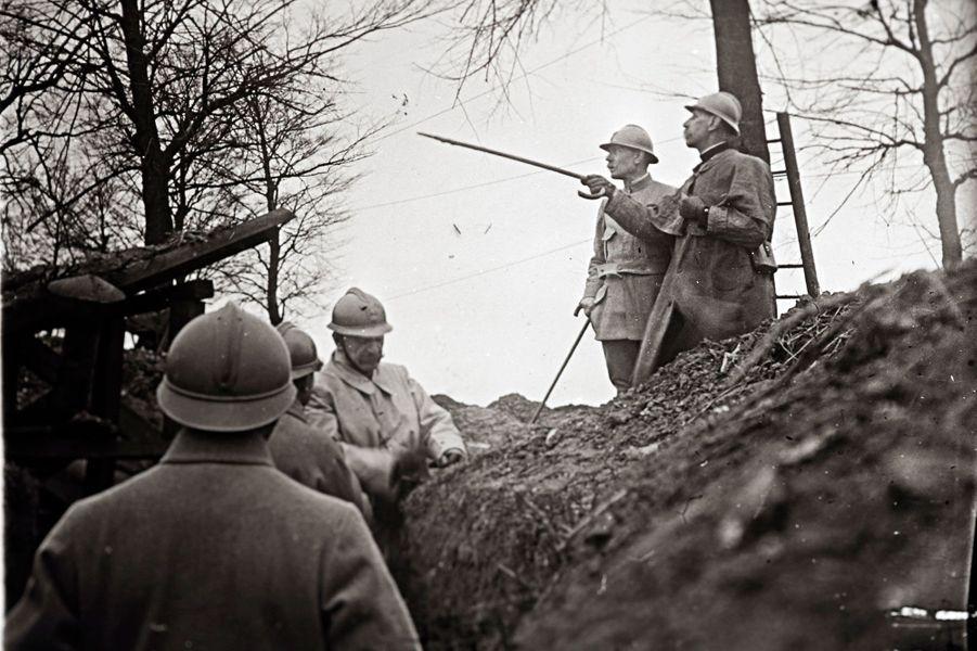 Le généralEmile Eugene Belin rend visite aux soldats postés en première ligne à Arras.