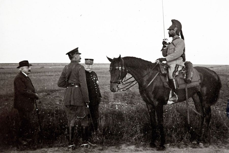 Le maréchal irlandais Horatio Herbert Kitchener (second en partant de la gauche) rencontre le général français Albert Baratier à cheval, et le général Joseph Joffre (second en partant de la droite) sur le front de Champagne.