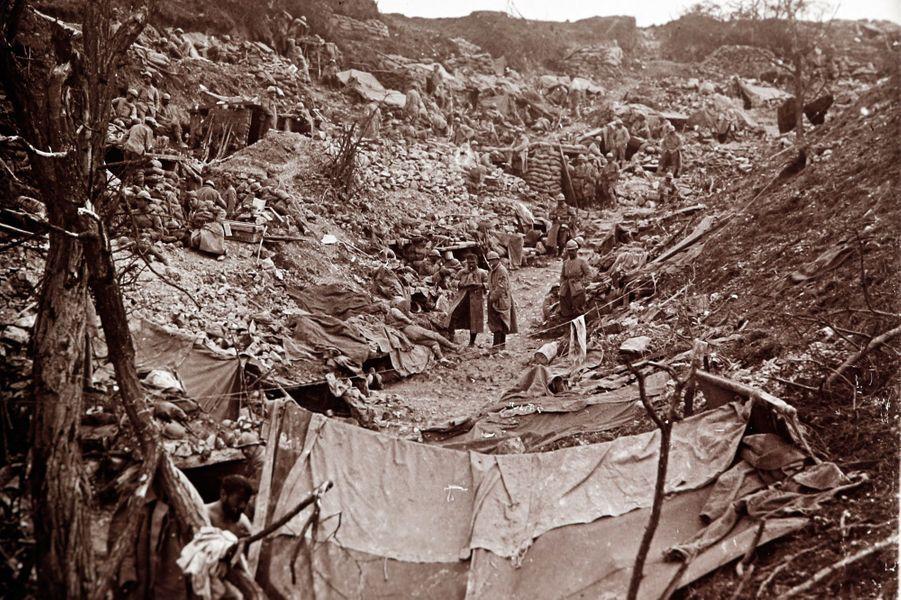 Des soldats françaisdans une tranchée allemande sur le front de la Somme.