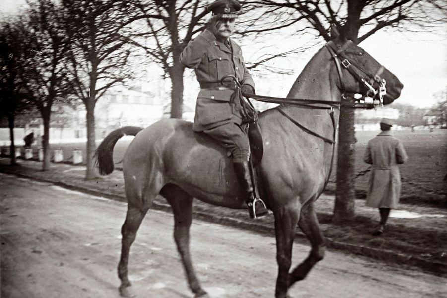Le maréchal écossais Field Marshal Douglas Haig salue le photographe anonyme.