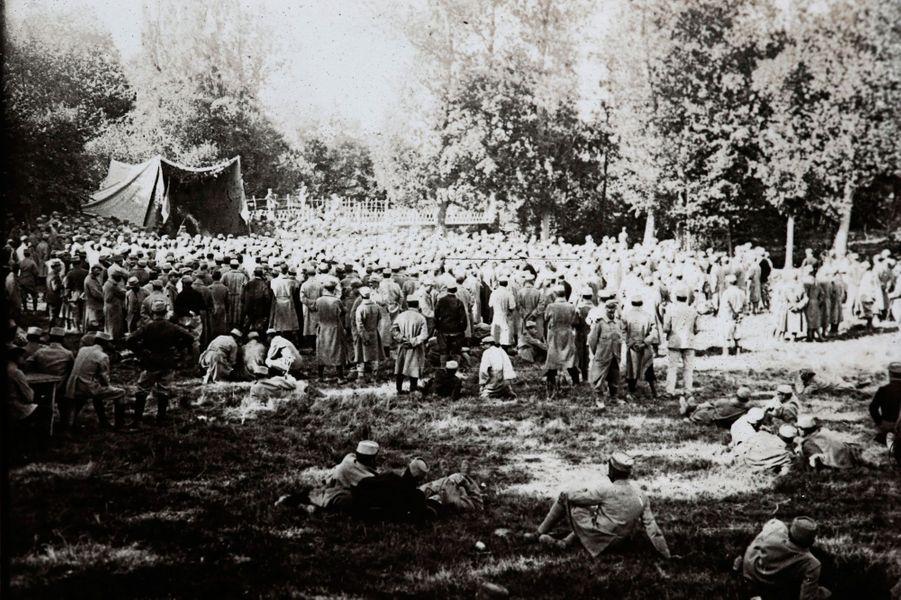 Un spectacle pour remonter le moral des troupes àSuippes, en Champagne-Ardenne.