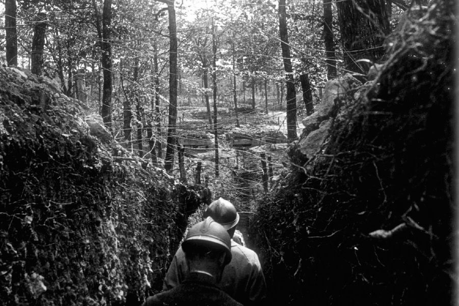 Des poilus marchent dans une tranchée sur le front de l'Argonne.