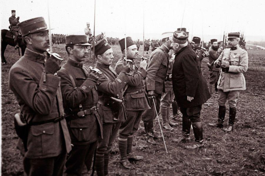 Le général Joseph Joffre remet des médailles aux soldats qui ont combattu durant la bataille de Verdun.