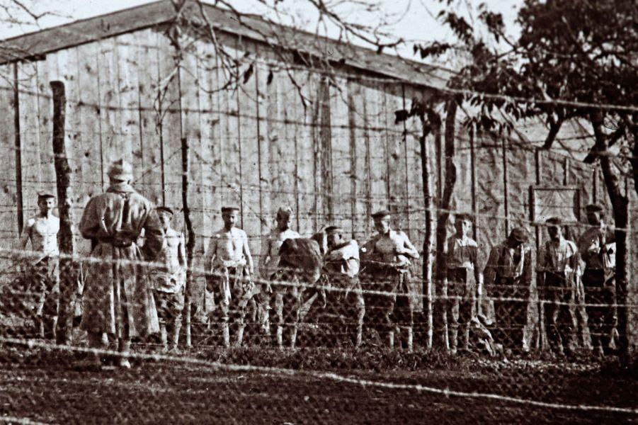 Un cliché non daté de soldats allemands, faits prisonniers après la bataille de Verdun, se déshabillant pour subir une fouille de corps.