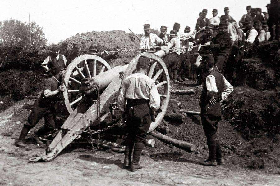 Un cliché non daté de soldats français essayant de bouger un canon.