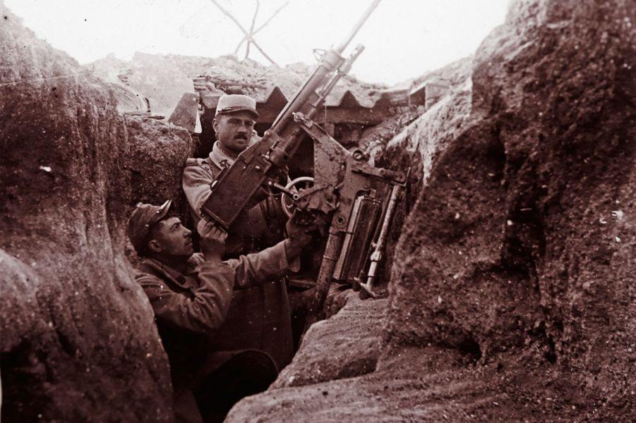 Un cliché non daté de soldats français utilisant un canon antiaérien àPerthes-lès-Hurlus, une ancienne commune de la Marne.