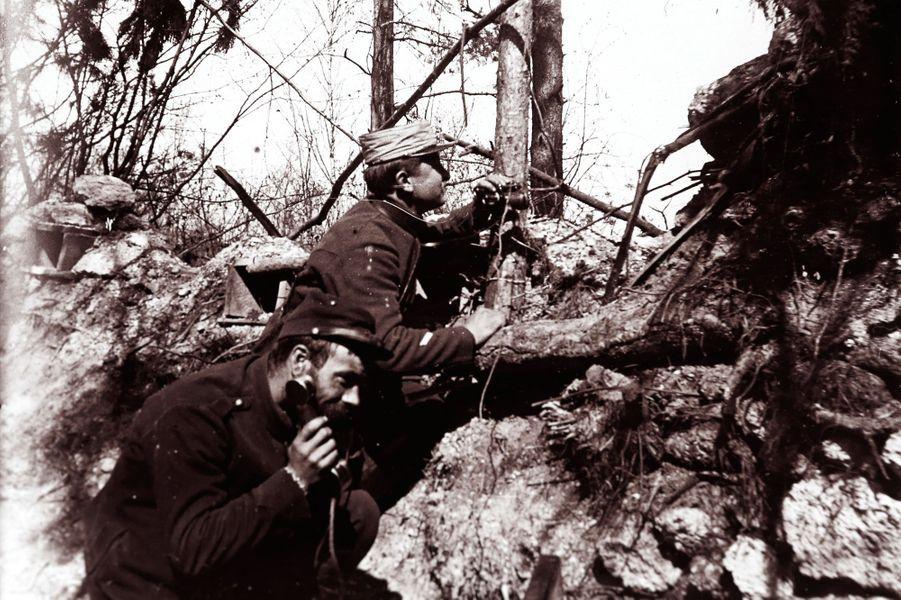 Une photographie non datée de soldats de l'artillerie donnant des ordres au téléphone pour ajuster l'angle de tir des canons.