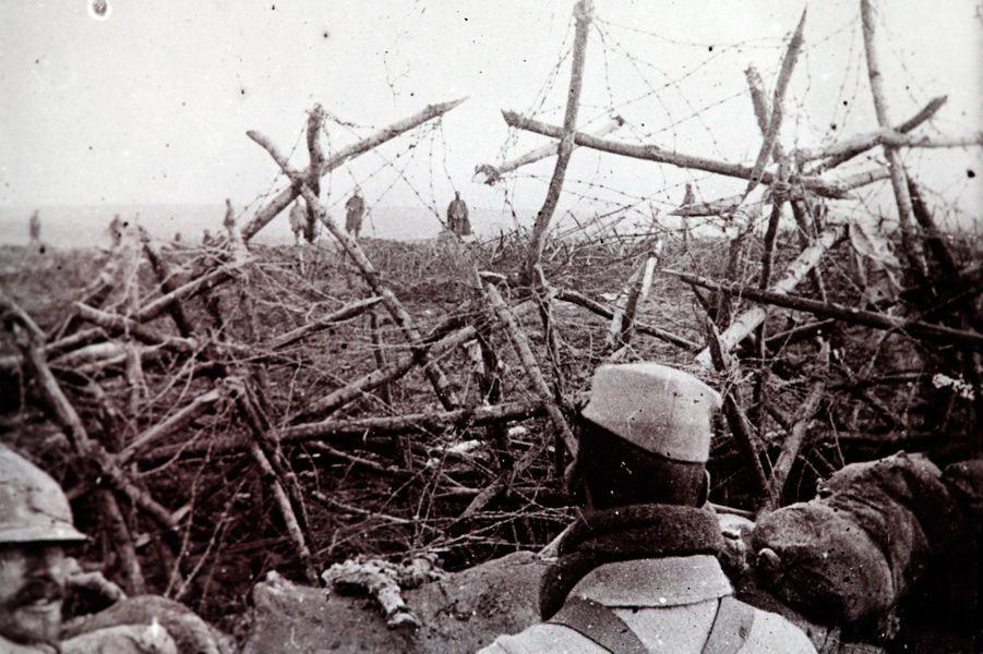 Un cliché non daté de soldats allemands se rendant aux troupes françaises, àMassiges en Champagne.
