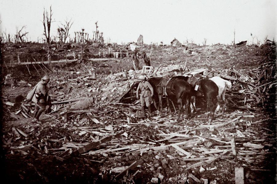 Des soldats dans les décombres après la bataille deMaurepas sur le front de la Somme.