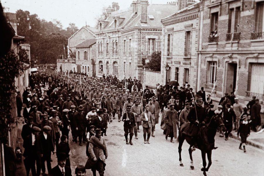 Des soldats allemands marchent surChâlons-en-Champagne.