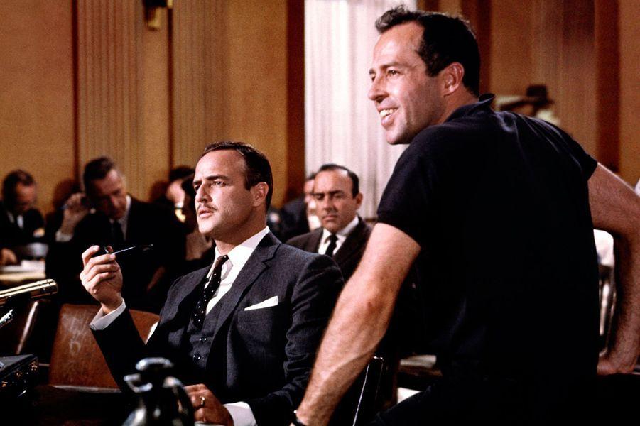Sur le tournage du «Vilain américain» de George Englund. Ici, Marlon Brando est avec le réalisateur et se prépare à tourner une scène.