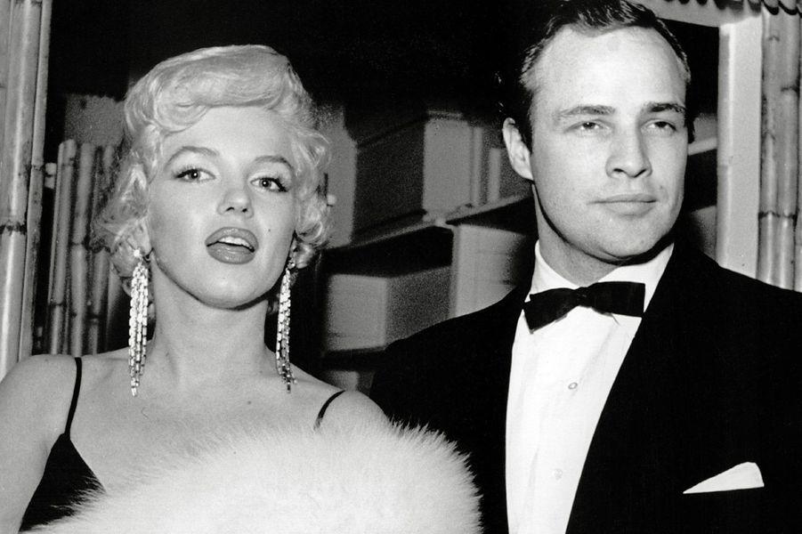 En 1955, Marilyn Monroe et Marlon Brando arrivent ensemble à l'avant-première de «The Rose Tatoo» à Hollywood.