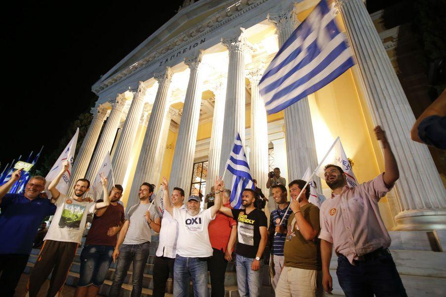 """Des manifestants , partisans du """"non"""", devant le Zappeion, au coeur de la capitale grecque."""