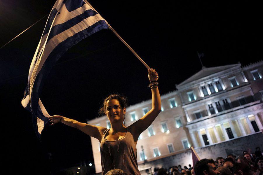 Le «non» massif des Grecsau référendum sur les exigences des créanciers du pays s'est fêté dans la rue dimanche soir. Chantant, dansant et agitant des drapeaux, des milliers d'Athéniens ont fêté dans la nuit la large victoire du «oxi» (Non en grec), avec l'espoir d'un avenir meilleur.Sur la place Syntagma, au pied du parlement, 5.000 manifestants s'étaient rassemblés selon la police. Les drapeaux Grecs flottaient et certains scandent «Oxi».La foule était toutefois beaucoup mois nombreuse que lors des deux rassemblements qui ont clos la campagne pour le référendum vendredi soir, oui et non attirant plus de 20.000 personnes chacun dans les rues.Dimanche soir, le non aux propositions des créanciers de la Grèce sur de nouvelles mesures de rigueur l'a emporté avec 61,31% contre 38,69%, selon les résultats définitifs publiés lundi par le ministère de l'Intérieur.La participation s'est établie à 62,5%, selon les chiffres publiés après dépouillement de la totalité des bulletins de vote. Le Premier ministre de gauche radicaleAlexis Tsiprasavait appelé à voter non lors de ce référendum, qui portait sur l'approbation ou non de mesures de réformes et de rigueur budgétaire proposées par les créanciers du pays.