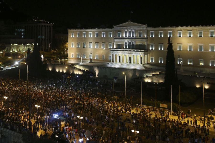 La foule s'est massée devant le Parlement pour fêter les résultats du référendum.