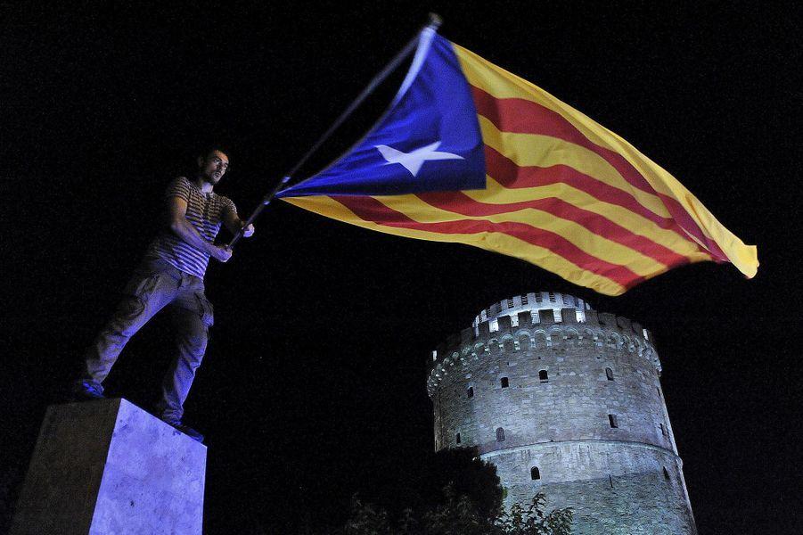 """Dans le camp du """"non"""", des partisans brandissent aussi le drapeau indépendantiste catalan."""