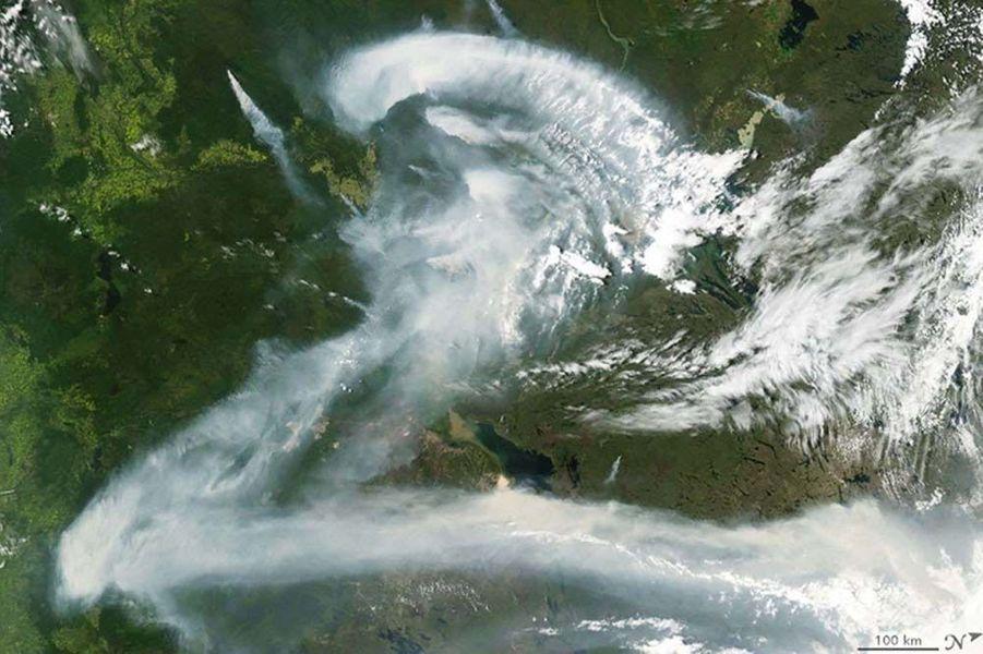 Des feux de forêt au Canada forment un Z