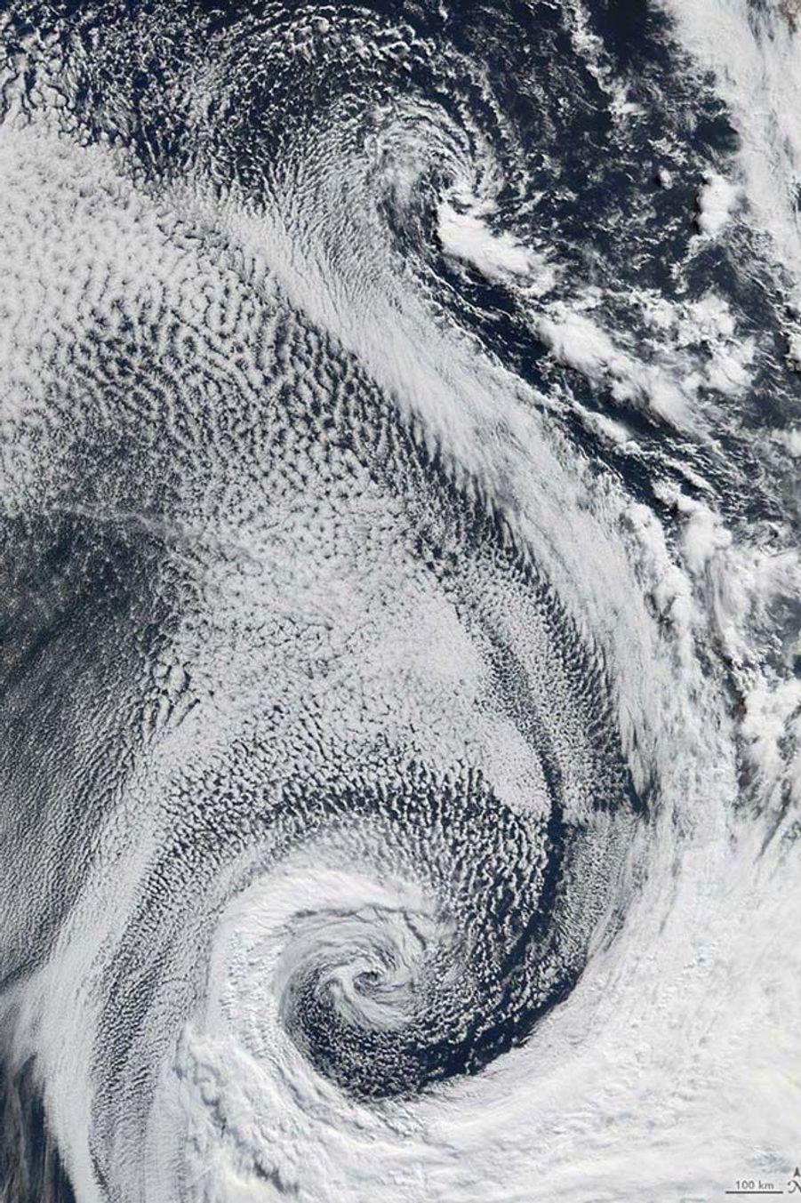 Des nuages dans l'océan Atlantique forment un S