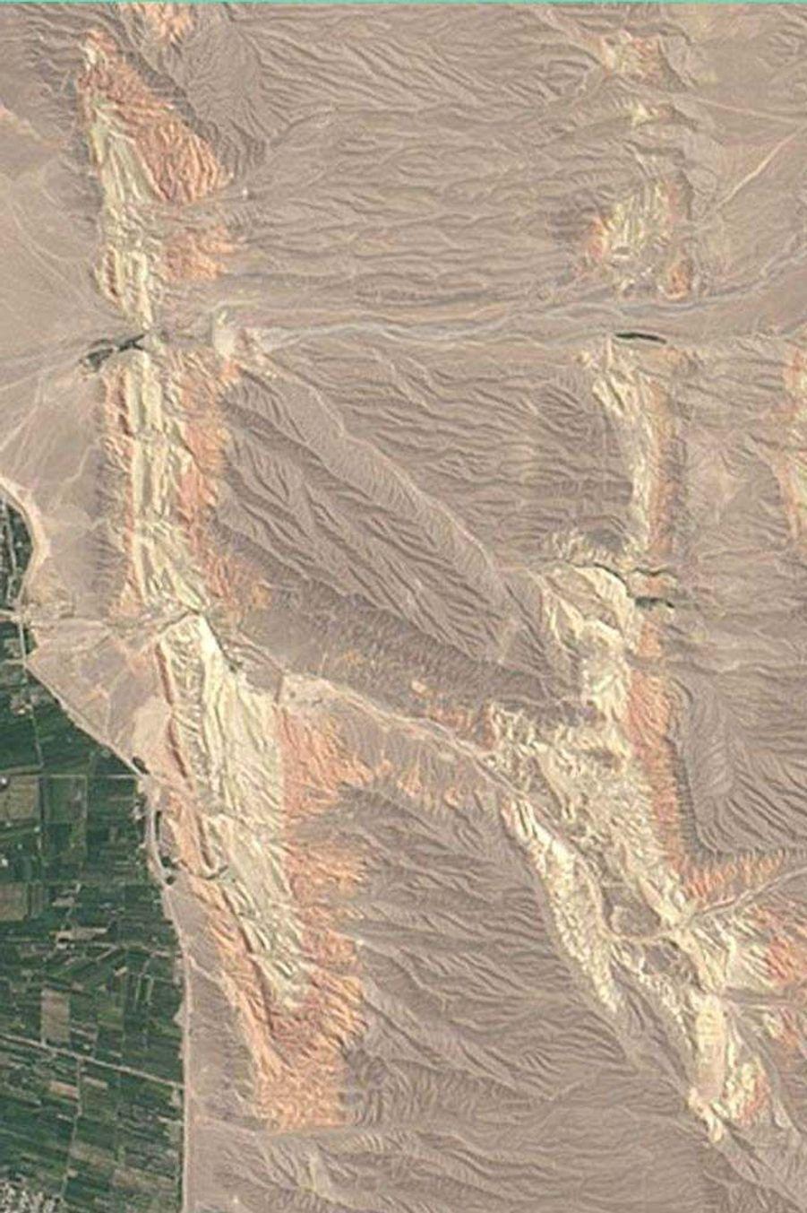 Les crêtes colorées au Kirghizstan forment un H