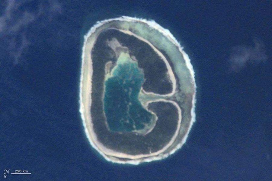 Un G formé par l'île Pinaki, en Polynésie française