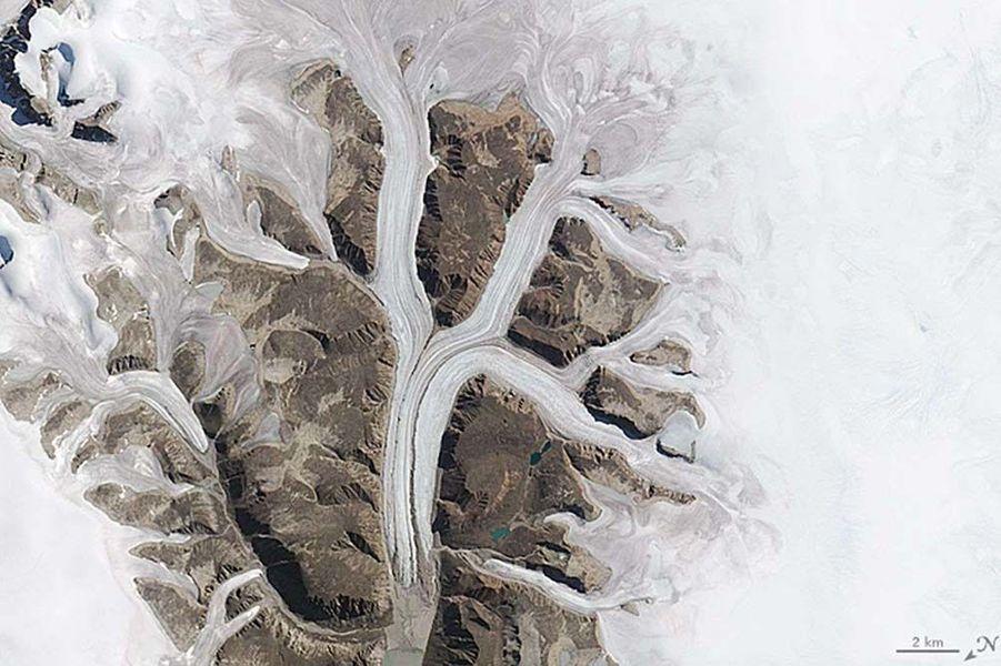 Un K formé par des glaciers dans le parc Sirmilik, au Canada