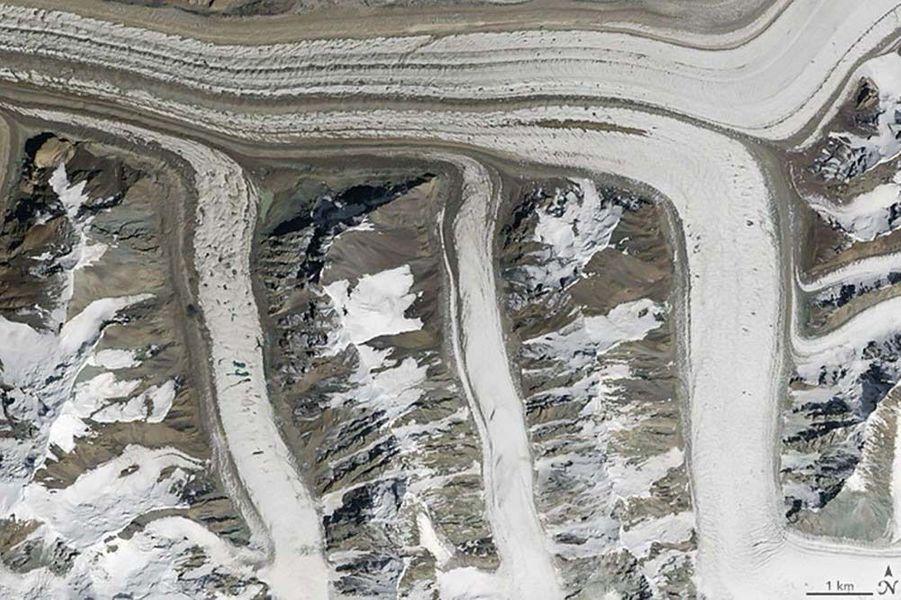Un m formé par des glaciers des montagnes de Tian Shan, dans le nord du Kirghizstan