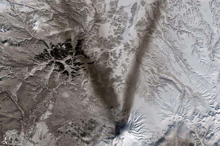Un V formé par les cendres du volcan russe Chiveloutch