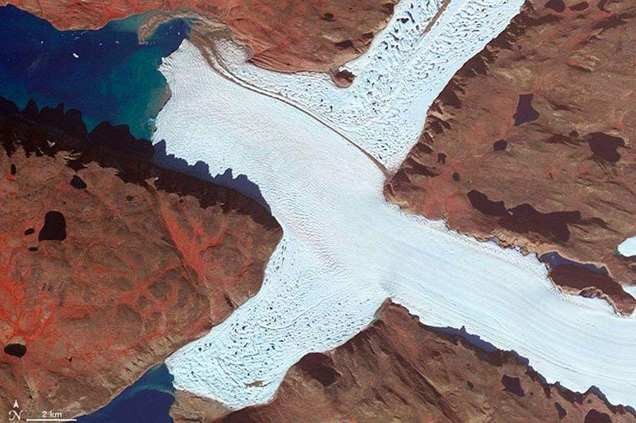 Un X formé par le glacier Leidy Gletscher, au Groenland