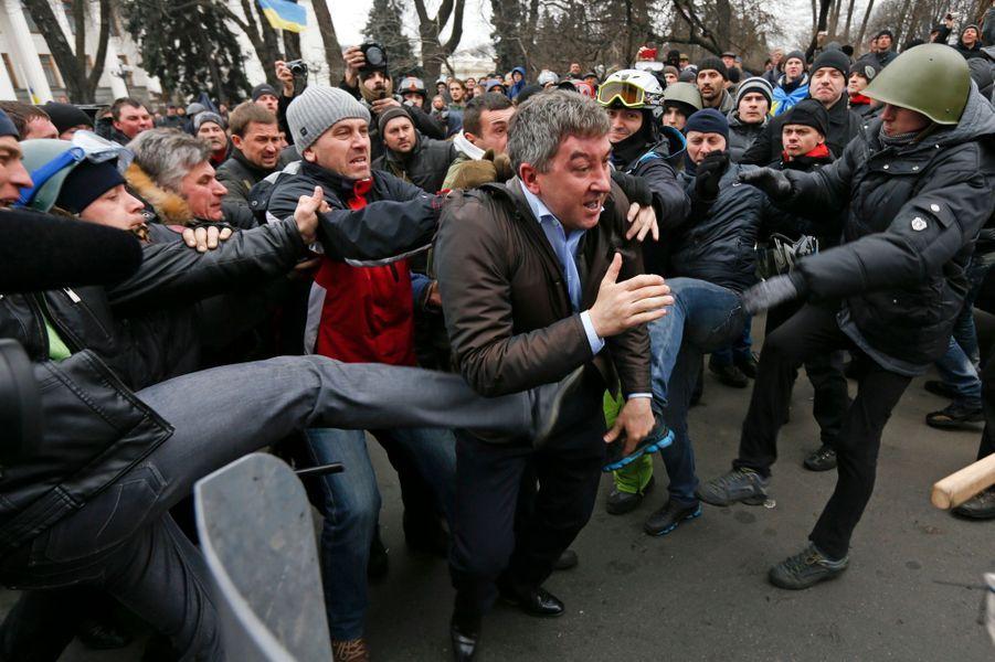 Le député Vitaly Grushevsky agressé par des manifestants anti-Ianoukovitch