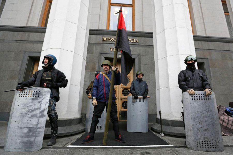 Manifestants anti-Ianoukovitch devant le parlement
