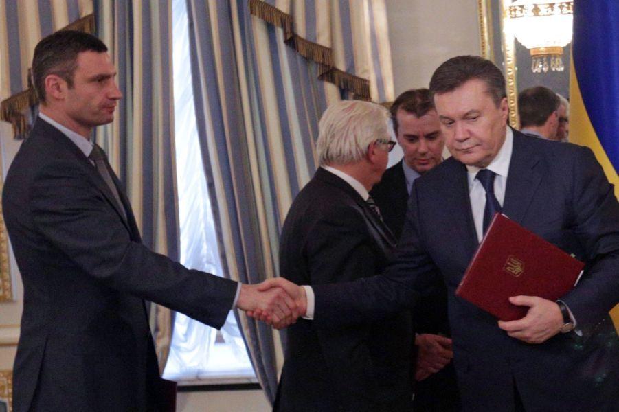 Poignée de main entre le président Ianoukovich et le patron de l'opposition Vitaly Klitschko, après la signature du compromis de vendredi