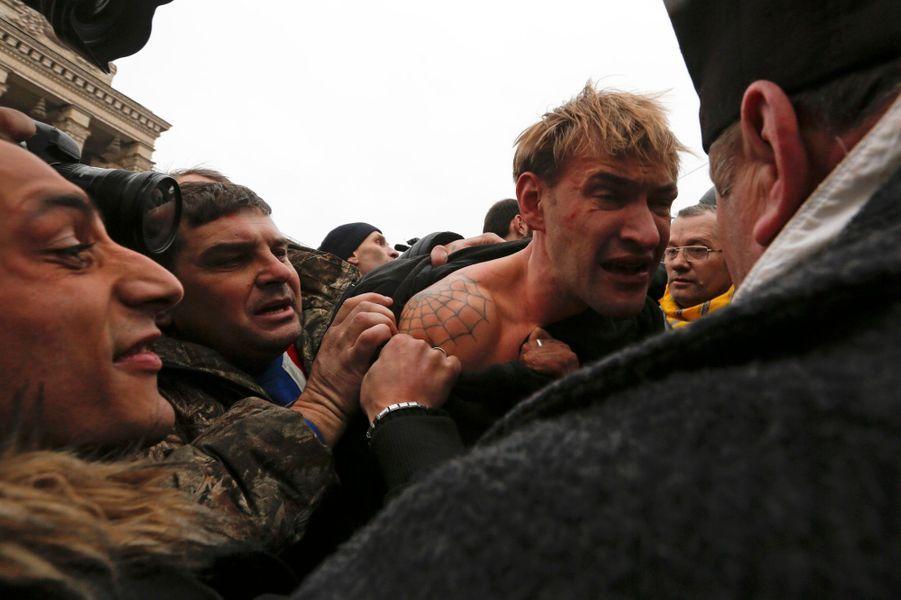 Un homme suspecté d'être un sniper agressé par des manifestants anti-Ianoukovitch
