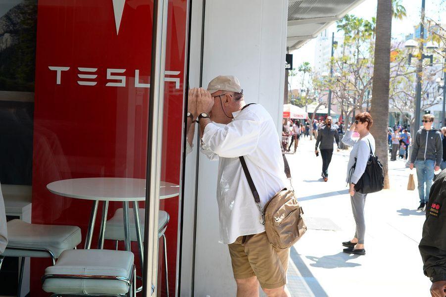 Les acheteurs font la queue pour commander la nouvelle berline Tesla
