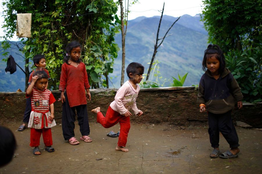 Mandira, 7 ans, joue avec ses camarades