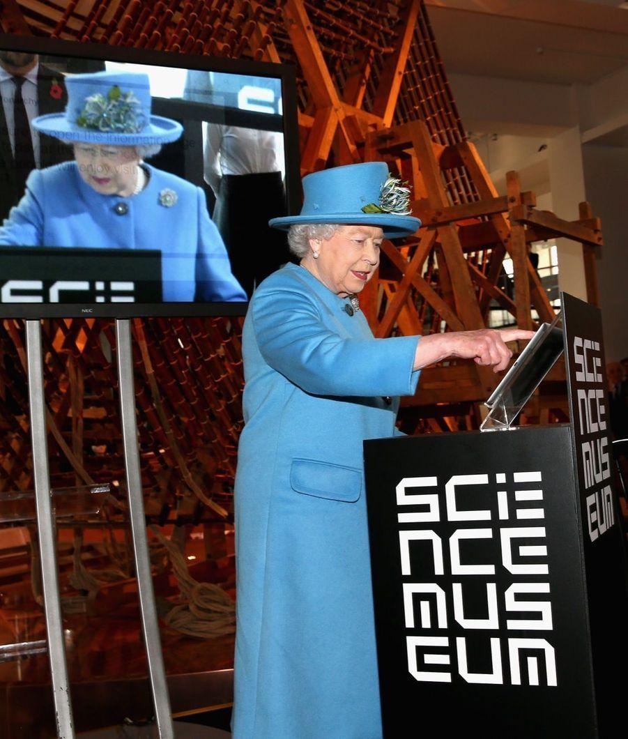 La reine Elizabeth envoie son premier tweet