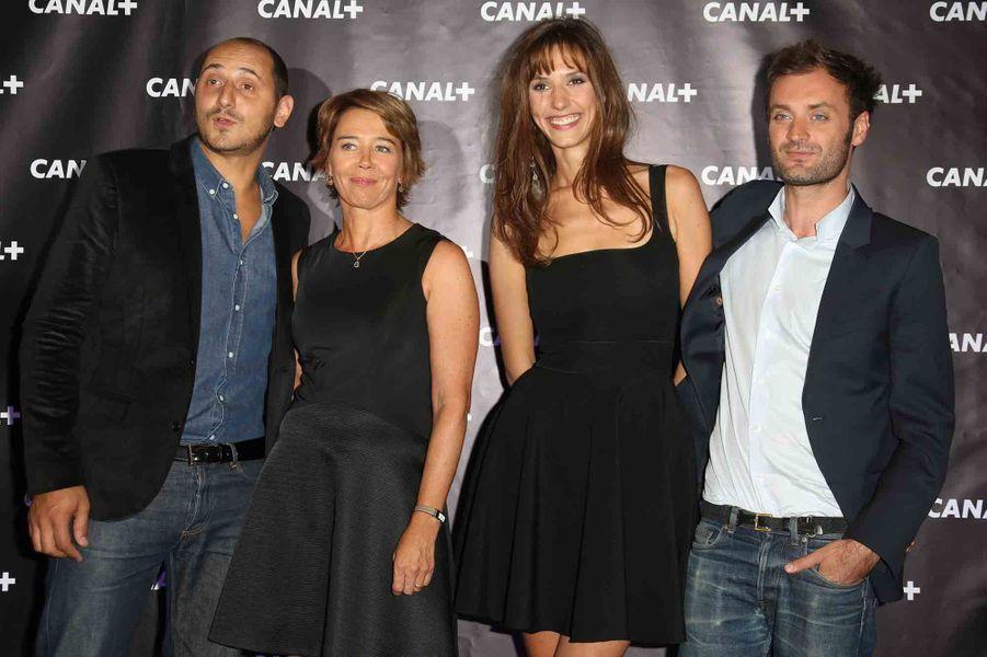 De gauche à droite : les chroniqueurs politiques Karim Rissouli et Hélène Jouan, la miss météo Doria Tillier et Augustin Trapenard, le monsieur littérature de l'émission.