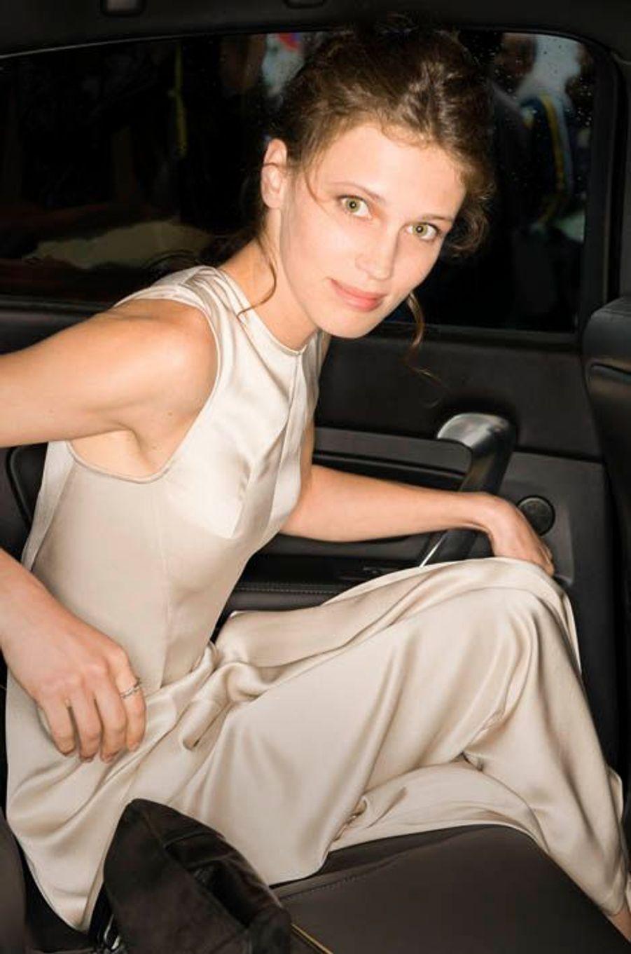Mercredi 15 mai, en robe Cédric Charlier, en route pour le Palais des Festivals où elle présentait « Jeune et jolie », de François Ozon. Trop d'émotion : la jeune Française s'est retrouvée en pleurs sur le tapis rouge.