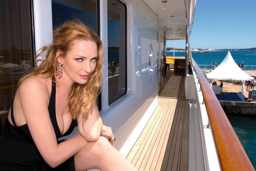 Dimanche 26 mai, en robe Armani et bijoux Orlov, sur le pont de l'« O asis », un yacht affrété par des amis, dans le port de Cannes. Dans quelques heures, elle remettra la Palme d'or.