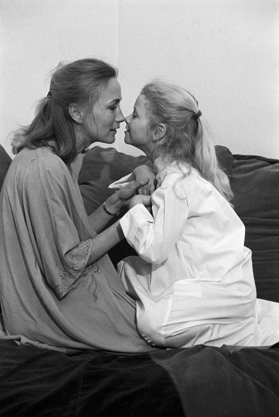Tendre face-à-face : Brigitte Fossey et sa fille Marie. 1977.