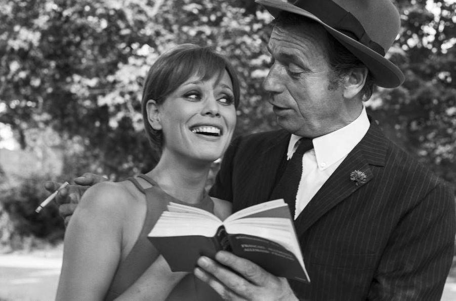 Marthe Keller et Yves Montand sur le tournage du film Le Diable par la queue de Philippe Broca. 1968.