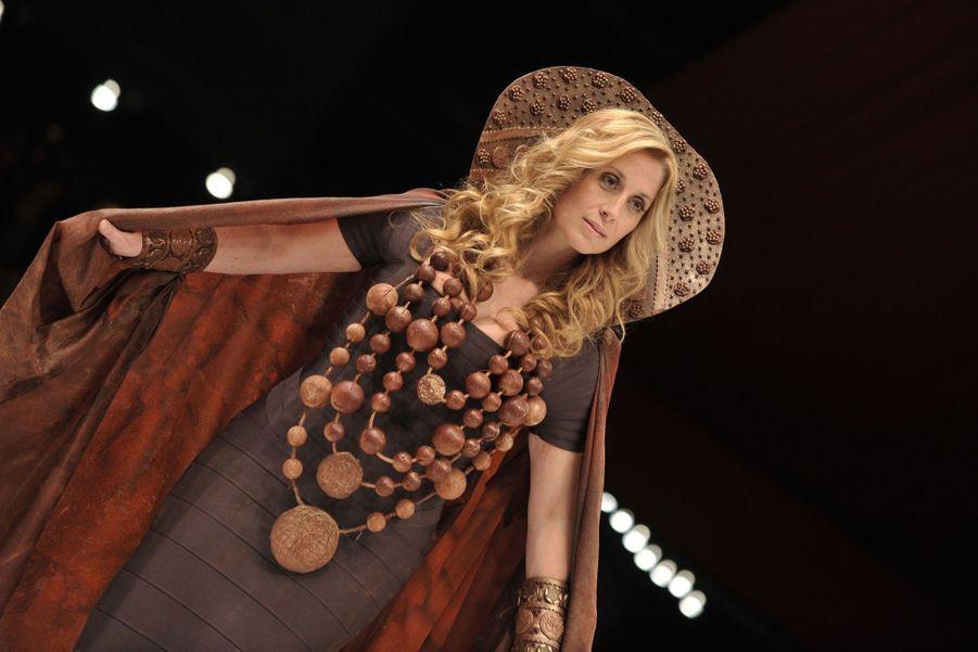 Lara Fabian, mannequin dans une robe chocolatée au 15e Salon Du Chocolat à Paris, le 13 octobre 2009.