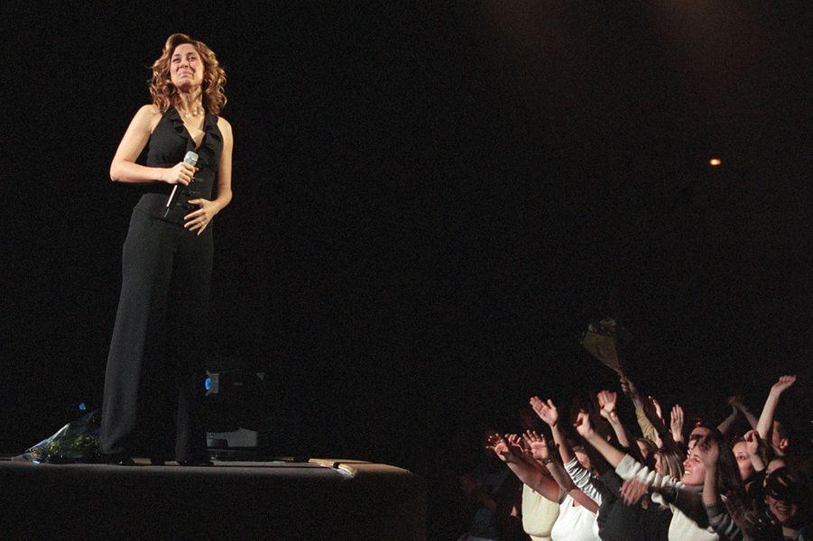 Lara Fabian adulée par ses fans au Zenith de Paris, le 17 décembre 2001.