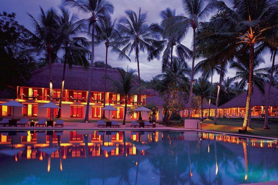 Dans l'est de la péninsule de Bukit, où se concentrent les grands resorts, l'hôtel Alila Manggis s'est discrètement blotti dans une cocoteraie, entre la mer et le mont Agung, la montagne-volcan la plus sacrée de l'île. L'ambiance. Architecture d'inspiration tropicale et contemporaine pour les quatre pavillons d'un étage autour d'une piscine bleu ardoise. Toutes les chambres – beige et bois exotique – ouvrent sur l'océan et l'île voisine de Nusa Penida. On aime. S'y ressourcer après avoir exploré la trépidante Ubud ; les leçons de cuisine balinaise par le chef star Nyoman Santika ; le potager bio ; les soins nature du spa. A partir de 50 euros* sur Tablethotels.fr, le site smart et trendy créé à New York par le Français Laurent Vernhes. Accueil VIP, surclassement, check out tardif… et toujours le meilleur tarif garanti.