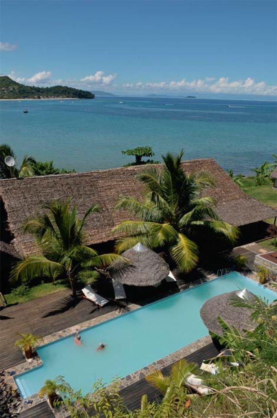 Les huit lodges et dix bungalows de l'Heure bleue ouvrent sur la plus belle baie de Nosy Be, île au nord-ouest de la Grande Ile. Une piscine d'eau de mer, une autre d'eau douce… Ici, la propriétaire française, designer et engagée, prône l'intégration et le soutien à la population, le luxe cool. Ce qui a valu à l'hôtel d'être récemment primé aux African Hotel Awards et certifié du prestigieux Green Globe. A partir de 40 euros * en réservant chez Terre Malgache, grand spécialiste de la destination. Forfait depuis Paris : 1 950 euros (vols, transferts, 7 nuits en demi-pension). Terre-malgache.com.