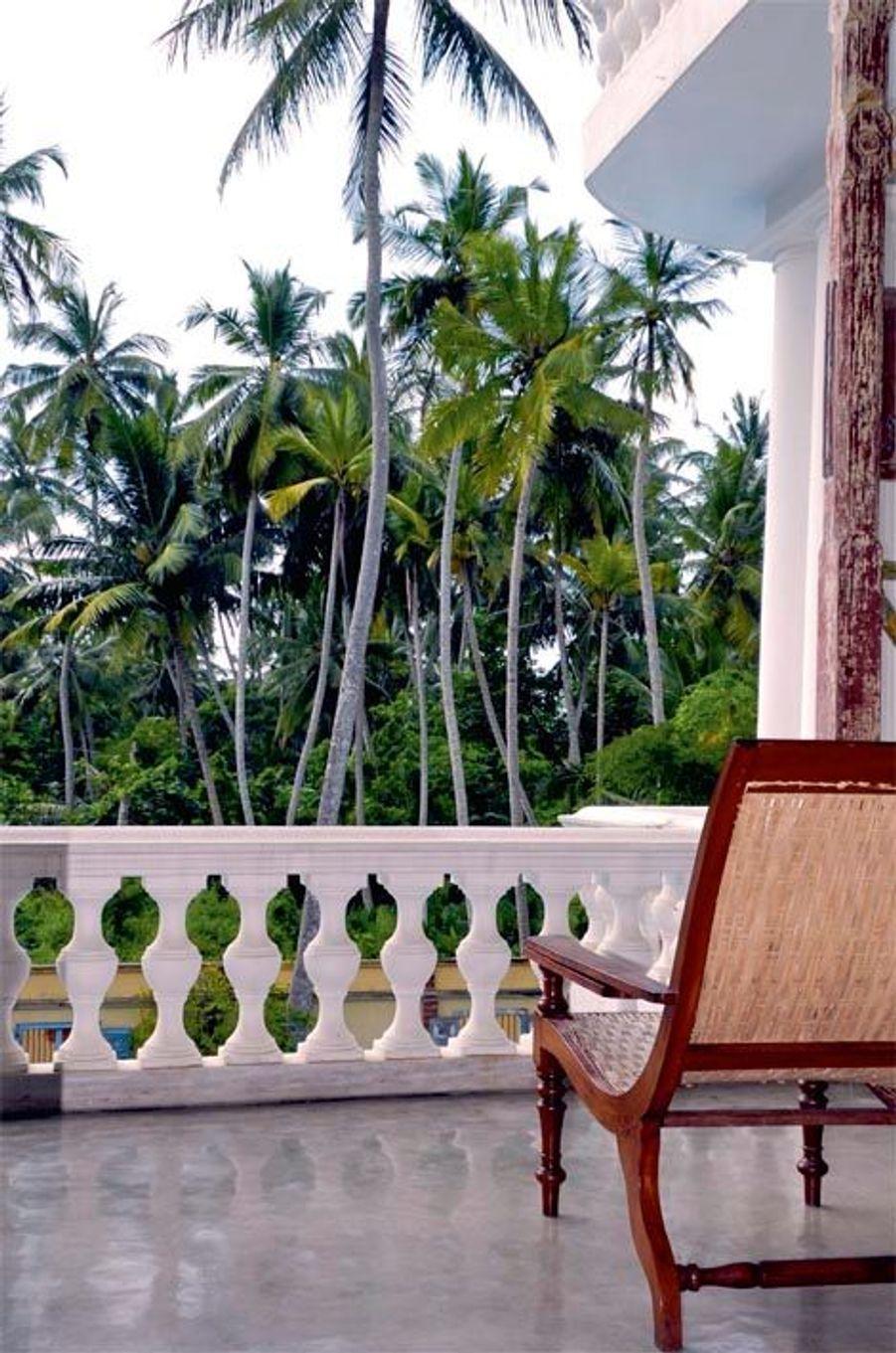 Elle est née d'une histoire d'amour entre une Française et un Sri Lankais. La Maison Nil Manel a été repérée par l'agence Terres de charme qui suggère d'y poser ses bagages quelques jours, avant d'explorer le pays. Surnommée « Boutique Villa », elle a la classe d'un petit palais colonial, en bord de mer, sur la côte sud-ouest. Construite près de la distillerie familiale d'essence de cannelle, sous d'imposants banians, elle compte six chambres. La décoration sophistiquée – antiquités portugaises, britanniques, hollandaises – évoque l'histoire de Ceylan et de ses comptoirs à épices. Le service personnalisé autorise les hôtes à vivre leurs journées en totale liberté, entre piscine, plage, découverte des villages de pêcheurs et table gastronomique. A partir de 80 euros*. Forfait depuis Paris : 2 300 euros (7 nuits, vols, transferts et demi-pension inclus). Terresdecharme.com.