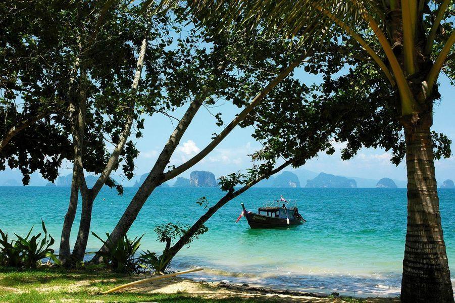 En mer d'Andaman, sur la petite île de Koh Yao Noi, au large de Phuket la supertouristique. C'est là qu'on atterrit avant de prendre le speed boat pour rejoindre le Kohyao Island Resort. L'ambiance. Des formations calcaires plantées comme des totems dans la mer, face à vingt-sept villas de style thaï réparties dans une vaste propriété sur une longue plage frangée de cocotiers. On aime. Etre au calme mais proche d'une petite ville sympa avec plein de restos et de bars bon marché ; explorer les criques désertes en kayak ; prendre des cours de peinture sur batik. A partir de 130 euros* chez Ilesdumonde.com. Forfait depuis Paris : 1 810 euros (5 nuits, vols et transferts en bateau inclus).